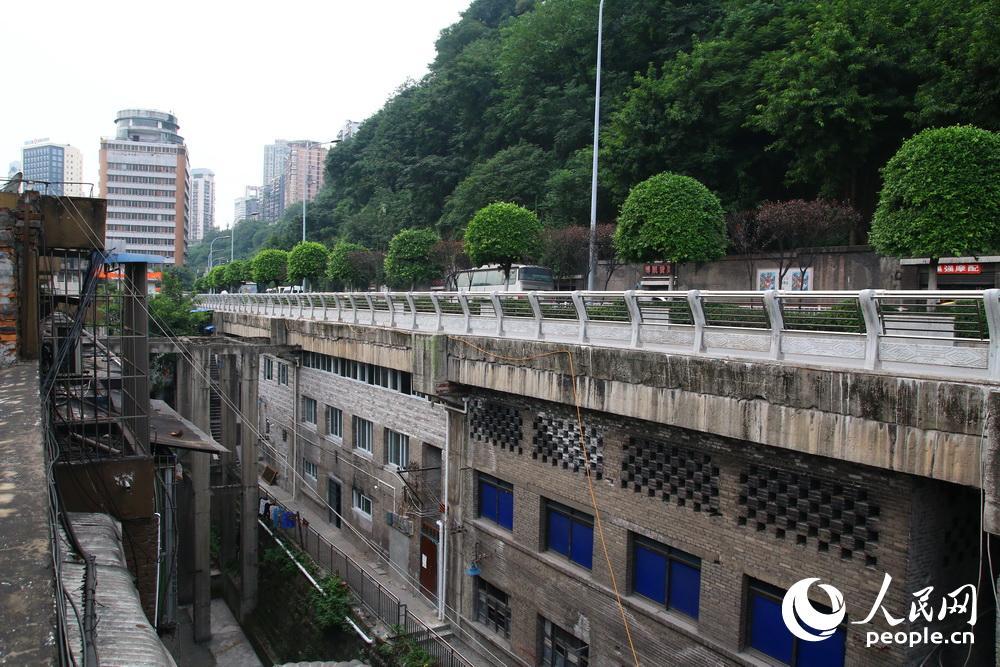 """重庆""""最牛违章建筑""""-建在公路下"""