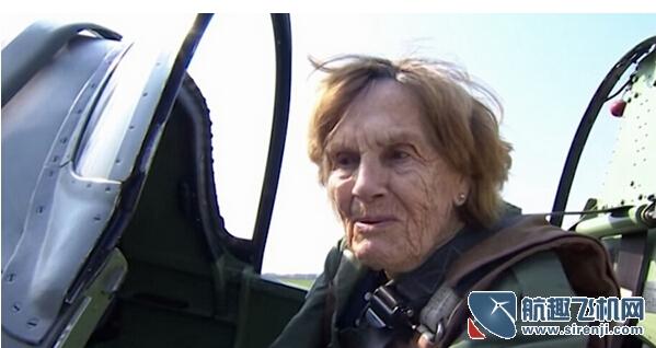 世界上最牛女飞行员 年近百岁再次上天
