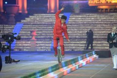 史上用时最短-中国陈重沁骑独轮车过20米啤酒瓶