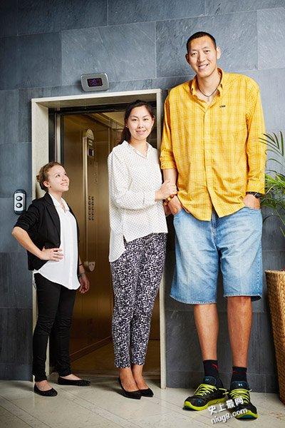 世界上最高的夫妻-二人身高423.47厘米