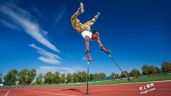 世界上最快臂拐杖倒立-100米的快速57秒的成绩刷新记录