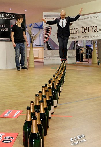 全球第九届吉尼斯世界纪录日吞剑最多/短跑最快/最长的木雕
