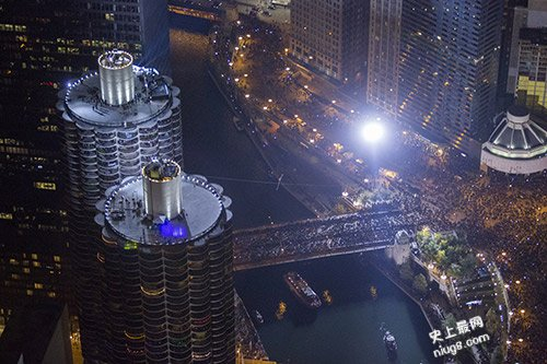 史上最强挑战者美国Nik Wallenda蒙眼穿梭于芝加哥两座摩天大楼间