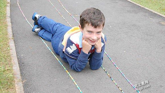 史上最长的橡皮筋手链达753.39米来自北爱尔兰的七岁少年完成