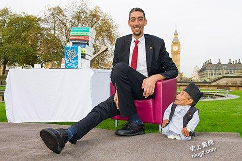 世界最高人和最矮的人(251厘米pk54.6厘米)