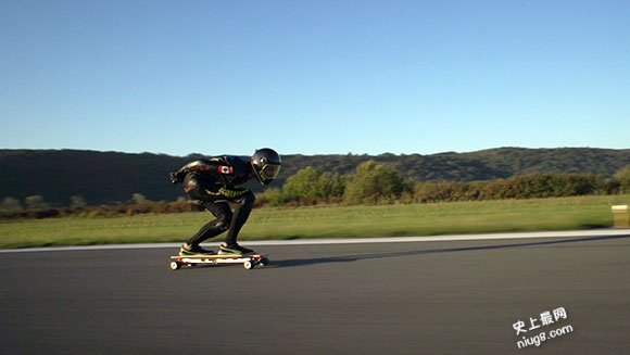史上最快速度玩电动滑板车95.83公里/时