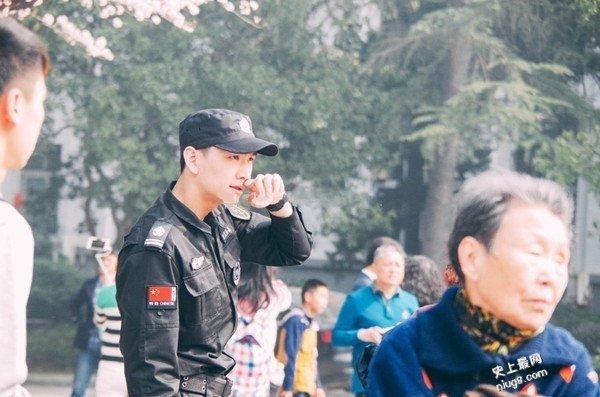 「最帅保安」武汉大学樱花节爆红 小鲜肉人人爱