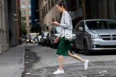当红白鞋 搭女人味裙装也对味!