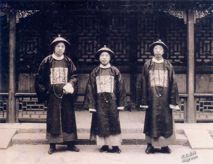 清朝时代为什么满朝文武朝服戴佛珠?