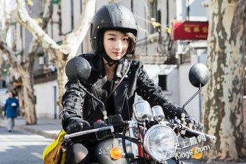 爱情电影《谎言西西里》周冬雨 骑摩托车帅气甜美