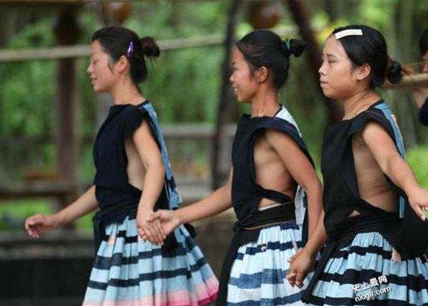 白裤瑶妇女【全都不穿内衣】坦然露出完整的胸部的特色