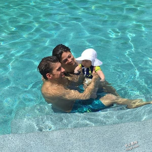 美国「水神」菲比斯Michael Phelps之子」黑超泳照又型又萌