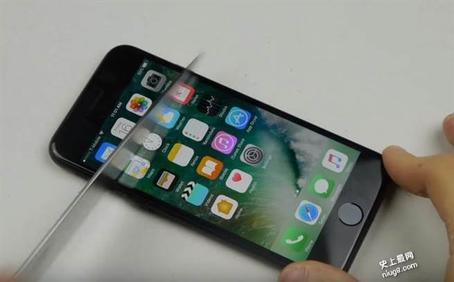 iPhone7屏幕是什么材料?拿铁鎚敲结果是...