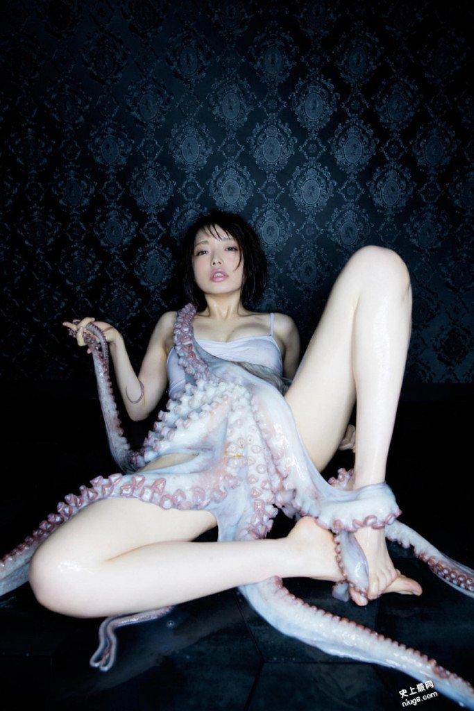 日本模特儿热爱「触手」跟这18KG章鱼拍写真