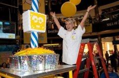纸托蛋糕王-分发了4000个体型较小的纸托蛋糕